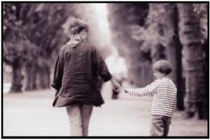 mama-e-hijo-caminando